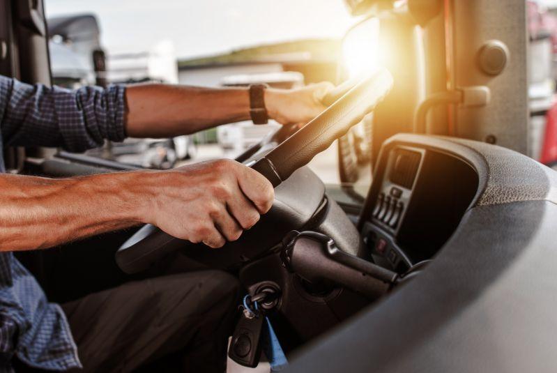 Kierowca prowadzący pojazd ciężarowy